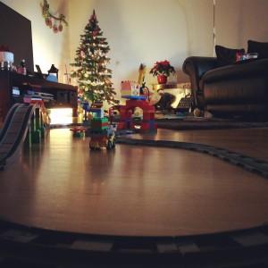Morgens. Die duplo Eisenbahn wird wieder aufgebaut.