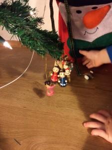 Effizient geschmückt. Der große Kleine wird mal Christbaumschmücker.