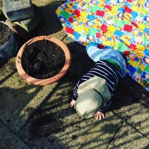 ...oder einfach auf einer Decke zu liegen, mit Sand oder Erde zu spielen oder nichts tun - in der Kinderecke entscheiden die Kinder, was anliegt!