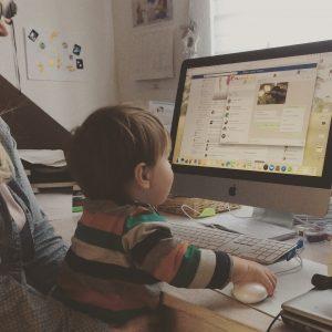 Arbeiten im Homeoffice heisst auch: arbeiten mit Kind auf dem Schoß