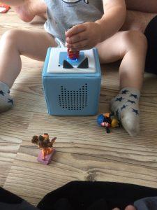 Die Toniebox ist nicht nur wunderschön und handlich, sondern vor allem schon für kleine Kinder ganz leicht zu bedienen!