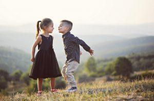 Mit Kindern über ihren Körper sprechen bedeutet, mit ihnen über Sexualität und Liebe zu sprechen. Irgendwann.